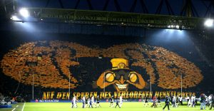 borussia-dortmund-fans-hold-up-69a9-diaporama